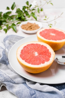 Close-up van grapefruit op plaat