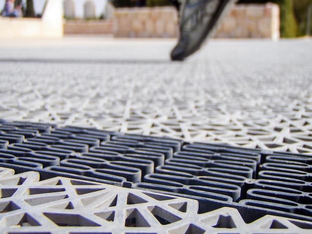 Close up van grijze kunststof voetpad buiten. jeruzalem, israel.