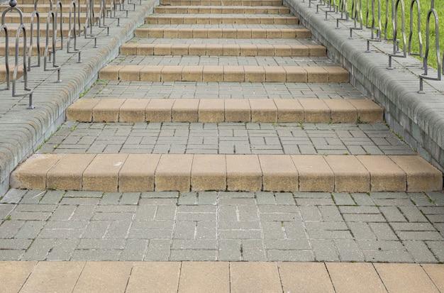 Close-up van grijze straat betegelde stappen omhoog
