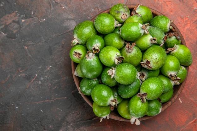 Close-up van groene kleine vitaminebom verse feijoa's in een bruine pot