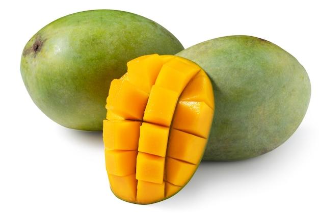 Close up van groene rijpe mango geïsoleerd op een witte tafel achtergrond, uitknippad uitgesneden.