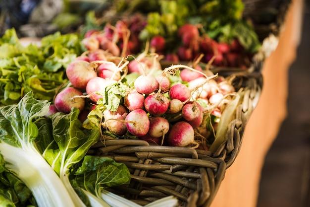 Close-up van groente in rieten mand bij plantaardige markt