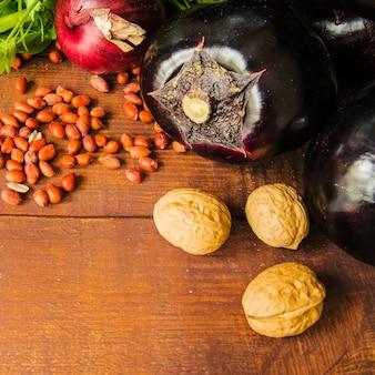 Close-up van groenten en noten op houten tafel