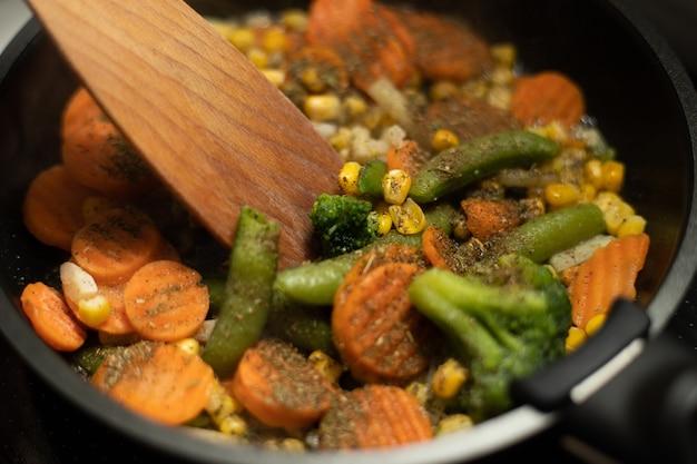 Close up van groenten op koekenpan