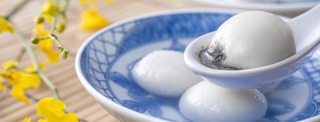 Close up van grote tangyuan yuanxiao (kleefrijst knoedelballen) voor winter solstice festival en chinees maannieuwjaarsvoedsel