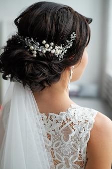 Close-up van haarklem op het haar van de bruid