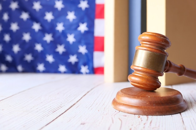Close-up van hamer en boek tegen amerikaanse vlag