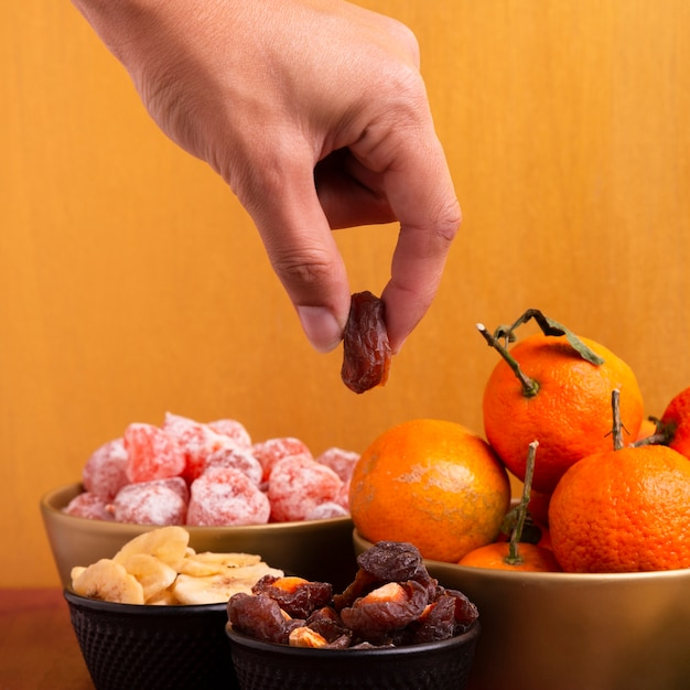 Close-up van hand die ontwaterd fruit houden voor chinees nieuw jaar