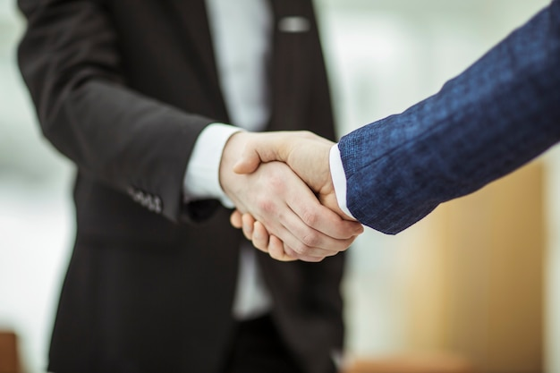Close-up van handdruk van zakenpartners