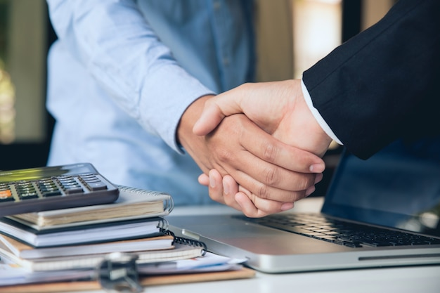 Close up van handdruk. zakenmensen handen schudden, vergadering afronden