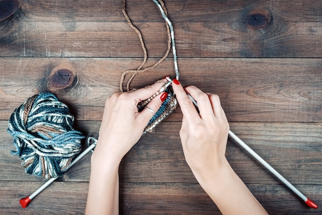 Close-up van handen breien kleurrijke draden selectie van kleurrijk garen wol breien achtergrond breigaren voor handgemaakte winterkleren