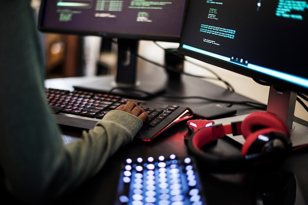 Close-up van handen die aan computertoetsenbord werken