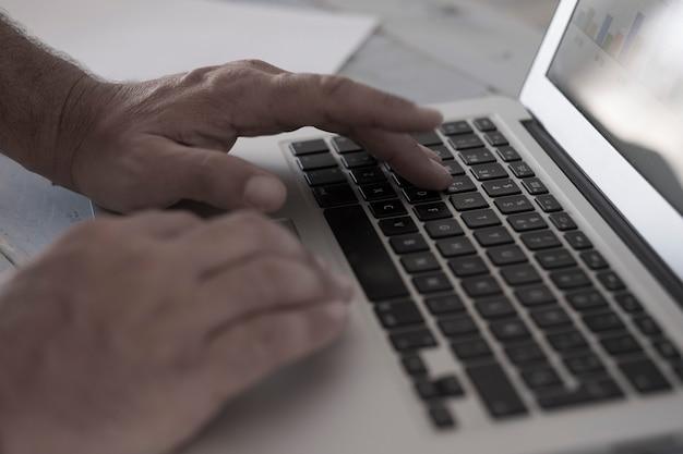 Close-up van handen en laptop op tafel aan het werk - alleen typen op kantoor - zakenman met computer pc