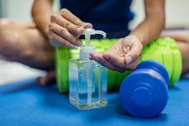 Close-up van handen met antiseptische gel, alcoholgel om handen te desinfecteren. preventieve maatregelen tijdens de epidemie. covid-19 of coronavirus
