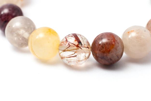 Close-up van handgemaakte maansteen, kleur steen, stenen kraal gemaakt armband