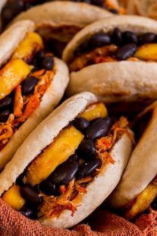 Close-up van heerlijke arepa's met vulling