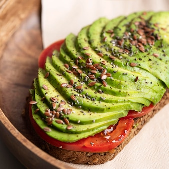 Close-up van heerlijke avocadotoost op plaat
