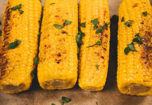 Close-up van heerlijke geroosterde gele mexicaanse maïs
