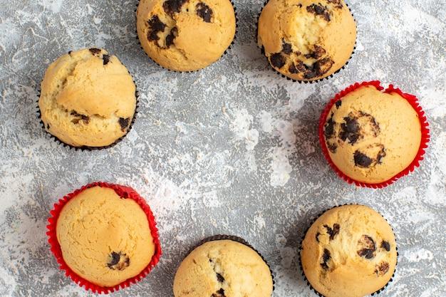 Close-up van heerlijke kleine cupcakes met chocolade op ijsoppervlak
