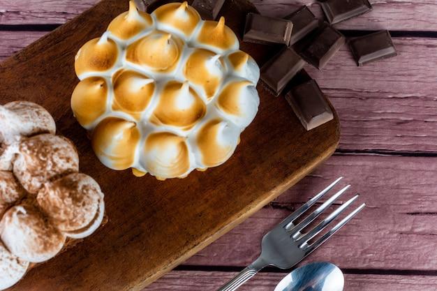 Close-up van heerlijke mini-chocoladetaart en mini-citroentaart.