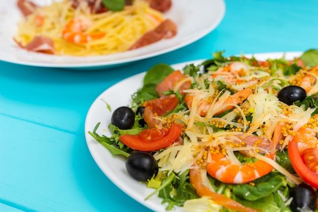 Close-up van heerlijke salade met garnalen