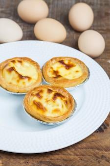 Close-up van heerlijke taarten met eieren achtergrond