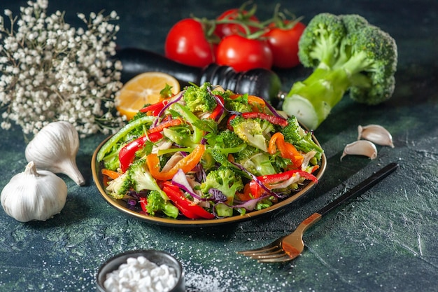 Close-up van heerlijke veganistische salade met verse ingrediënten in een bord