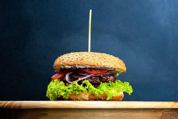 Close-up van heerlijke verse huisgemaakte hamburger met sla
