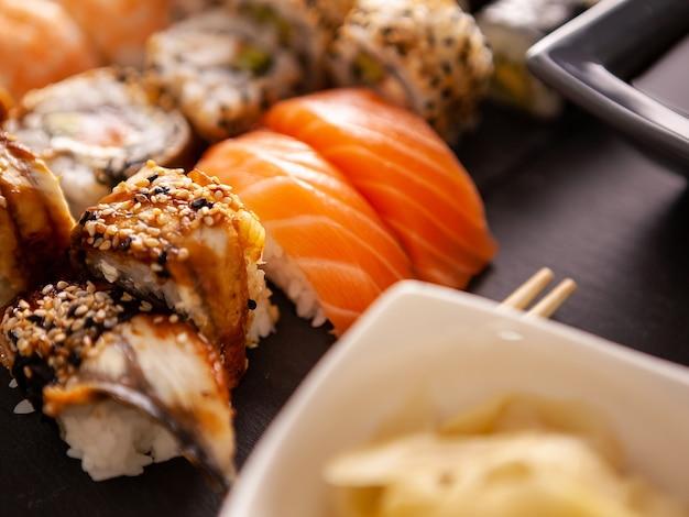 Close up van heerlijke verse sushi op zwarte plaat