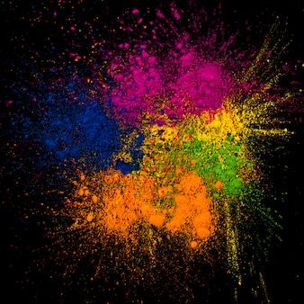 Close-up van heldere rangoli-kleuren die over achtergrond worden uitgespreid