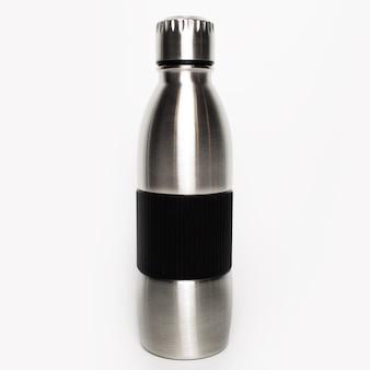 Close-up van herbruikbare metalen thermische fles met rubberen handvat geïsoleerd op een witte achtergrond.