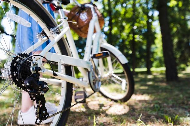 Close-up van het achterwiel van een fiets