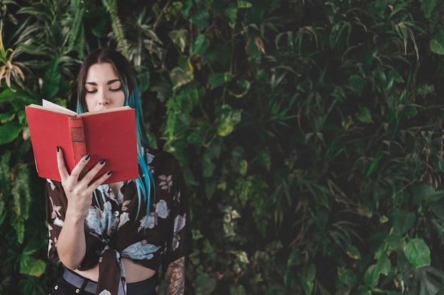 Close-up van het boek van de jonge vrouwenlezing
