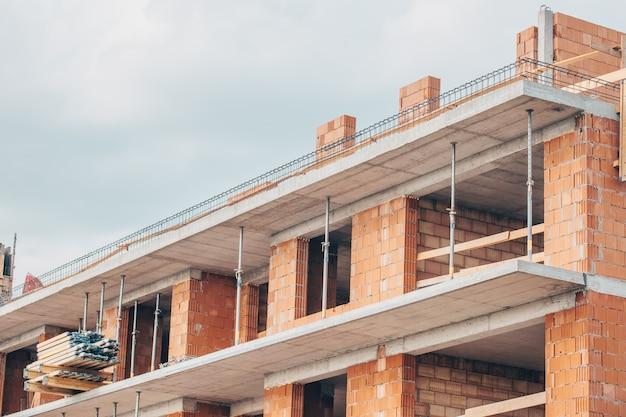 Close up van het bouwen van een appartement in het centrum van de grote stad, bouwconcept