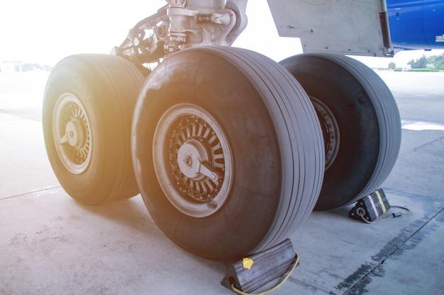 Close-up van het chassis van het passagiersvliegtuig.