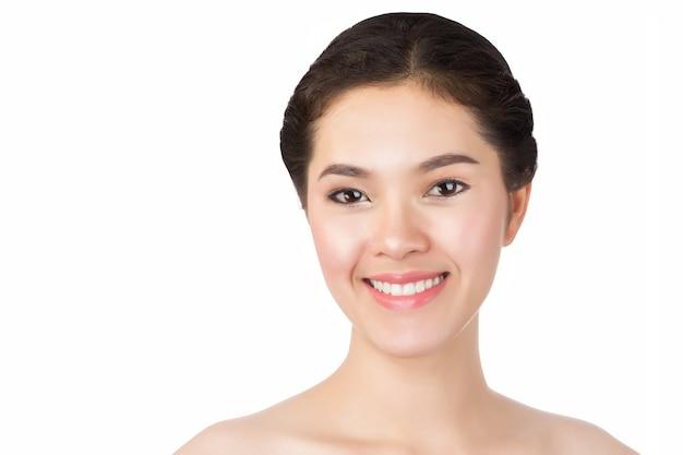 Close-up van het gezicht van de jonge aziatische mooie vrouw op wit wordt geïsoleerd.