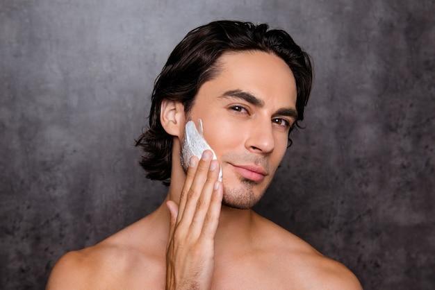 Close-up van het gezicht van de man met wit schuim