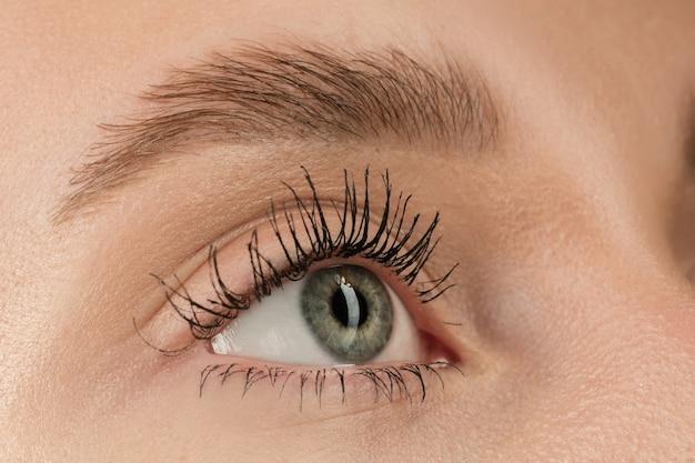 Close-up van het gezicht van een mooie blanke jonge vrouw, focus op de ogen
