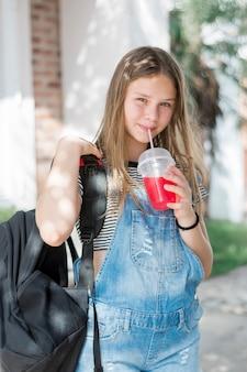Close-up van het glimlachen van mooi meisje het drinken sap