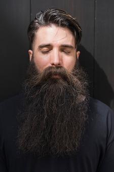 Close-up van het halve gezicht van een man met zijn ogen gesloten