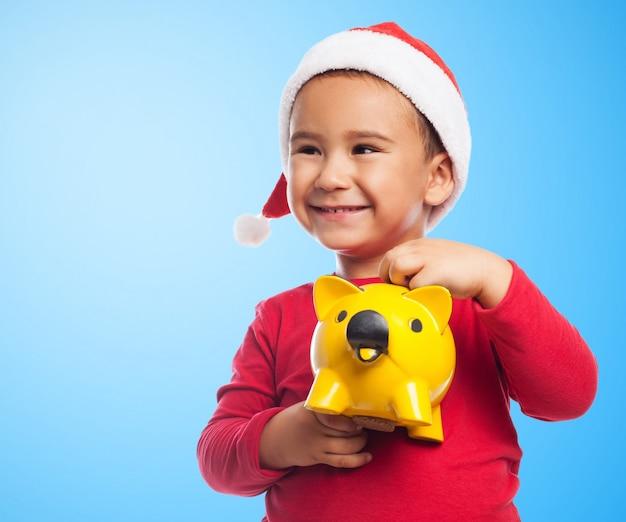 Close-up van het kind met een spaarpot met blauwe achtergrond