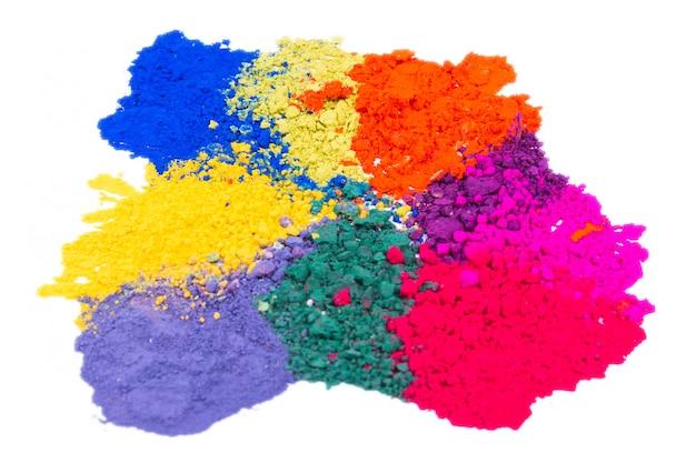 Close-up van het kleurrijke verpletterde poeder van de make-upoogschaduw dat op witte ruimte wordt geïsoleerd