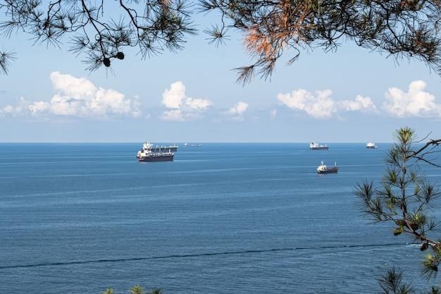 Close-up van het landschap van de zomer blauwe zee wolken boven de horizon en vrachtschepen