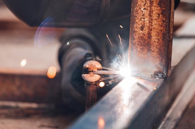 Close-up van het lasproces van twee metalen onderdelen. industriële achtergrond.
