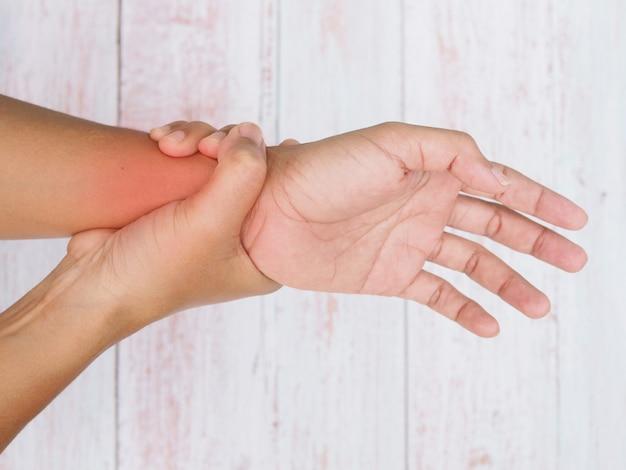 Close-up van het lichaam met polspijn en armpijn, gebruik de hand om te masseren om pijn te verlichten.
