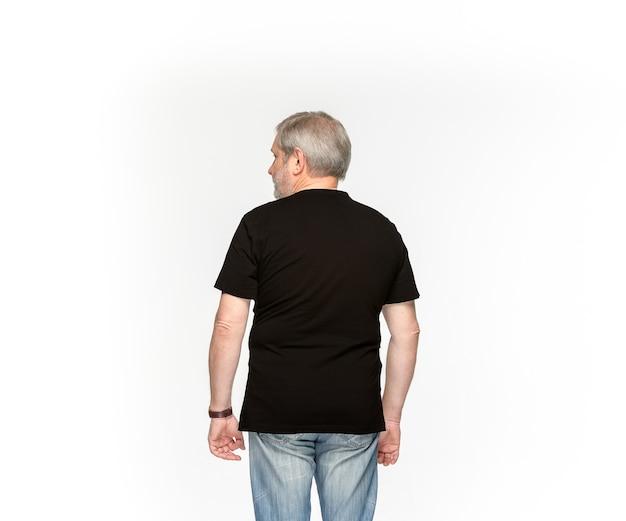 Close-up van het lichaam van de hogere man in lege zwarte t-shirt op wit wordt geïsoleerd.