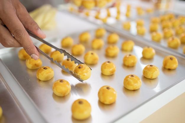 Close-up van het met de hand plukken van nastar taart op een dienblad