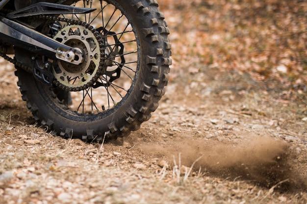 Close-up van het motorcross offroad-uithoudingswiel