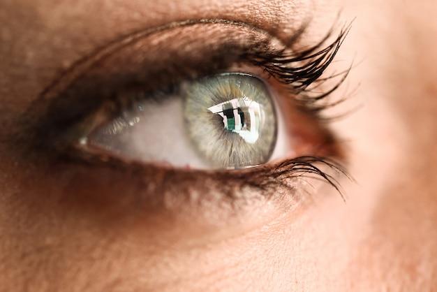 Close-up van het oog van de mooie jonge vrouw.
