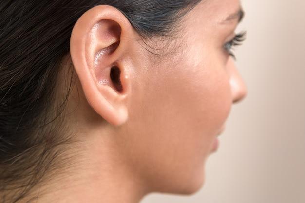 Close-up van het oor van de vrouw